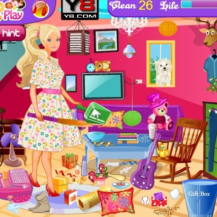 Барби убирает дом
