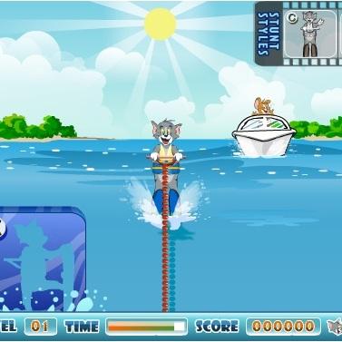 Том на водных лыжах